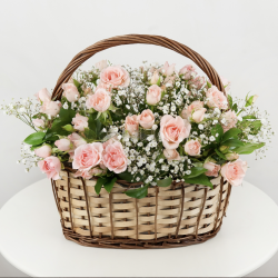 ARRANGEMENT IN BASKET WITH ROSES